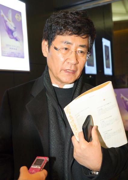在韩国家喻户晓、曾创作1,400多首作品,被称为广告音乐界第一人的韩国知名歌星和作曲家尹亨柱(HYUNG-JU YOON)观赏神韵(摄影:金国焕/大纪元)