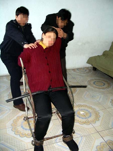 酷刑演示:坐铁椅子(图片来源:明慧网)