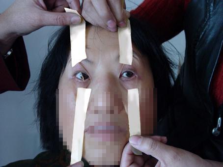 酷刑演示:胶带粘眼皮(不让睡觉) (图片来源:明慧网)