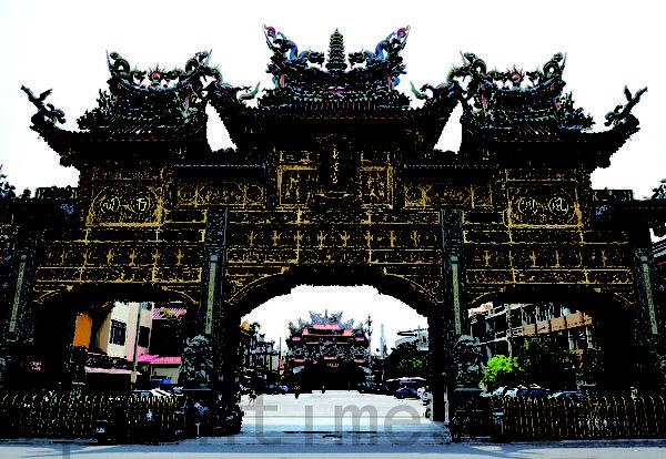 具300多年歷史的臺灣屏東東港東隆宮金碧輝煌,迎王平安祭典聞名臺灣,被文建會列為國家無形文化資產也是許多臺灣本土電影戲劇拍攝最佳地景。(攝影:羅瑞勳/大紀元)