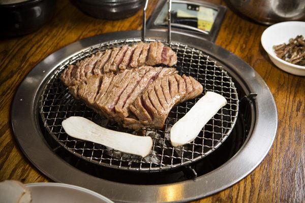 汁濃、肉厚、味足的金且烈名品牛排。(攝影:愛德華/大紀元)
