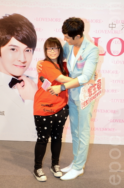 女粉絲上台和汪東城擁抱。(攝影:鄺天明/大紀元)