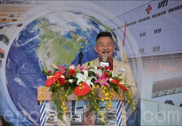 世联仓运公司懂事长黄仁安〈中华民国物流协会前理事长〉致词。(摄影:宋顺澈/大纪元)