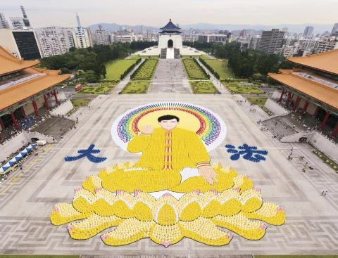 二零一二年四月二十九日,七千四百名法輪功學員在台北自由廣場,排出李洪志師父法身的圖像,宏偉壯觀。(圖:原文轉載)