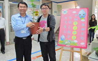 虎尾營運所主任廖洲郎(左)送辦理電子帳單民眾一棵桂花樹苗。(攝影:廖素貞/大紀元)