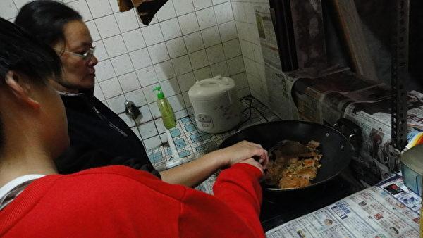 天佑母親拖著病體指導天佑作菜。(嘉義家扶中心提供)