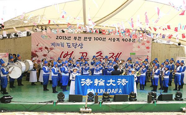 天国乐团在陶唐山樱花节特设舞台进行演奏。(摄影:全宇/大纪元)
