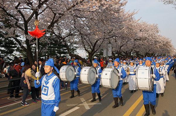 天国乐团的表演受到了市民们的热烈欢呼。(摄影:金国焕/大纪元)