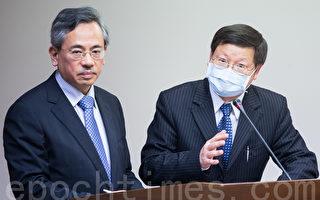 疾管局局長張峰義(右)24日身體微恙,並戴口罩答覆立法委員質詢,他表示,目前全台有9家合約實驗室,本週已納入其中6家分擔。(攝影:陳柏州/大紀元)