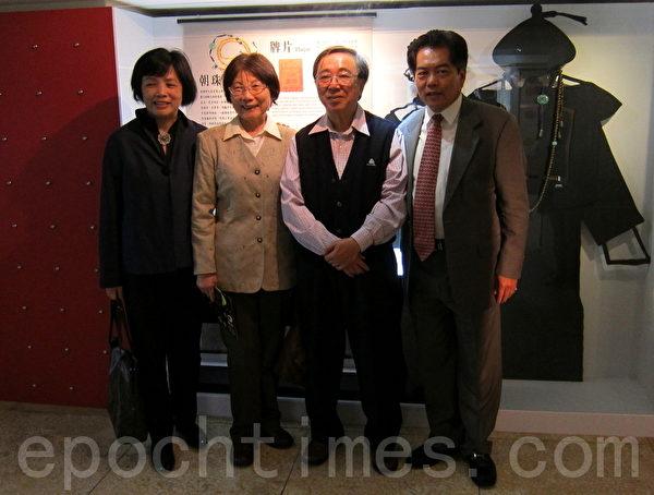"""""""时空胶囊-琥珀特展""""策展人之一 台大昆虫系教授杨平世(右一)介绍,这次展览的文物琥珀约有250件,都是中国历代及西方的艺术家,用原矿雕出来的琥珀文物。(摄影:钟元 /大纪元)"""