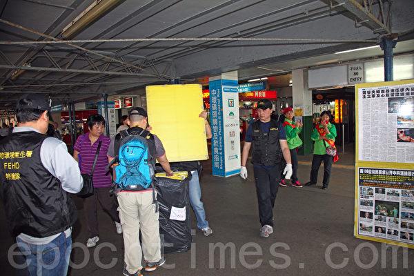 近期,香港食物環境衛生署將矛頭指向法輪功真相點,進行多次突襲,強行沒收真相點的橫幅與展板。香港多位泛民主派議員質疑當局執法的合理性,譴責港府接受中共的指使。圖片顯示食環署人員日前到位於香港尖沙嘴天星碼頭進行拆除的情景。(攝影:潘在殊/大紀元)