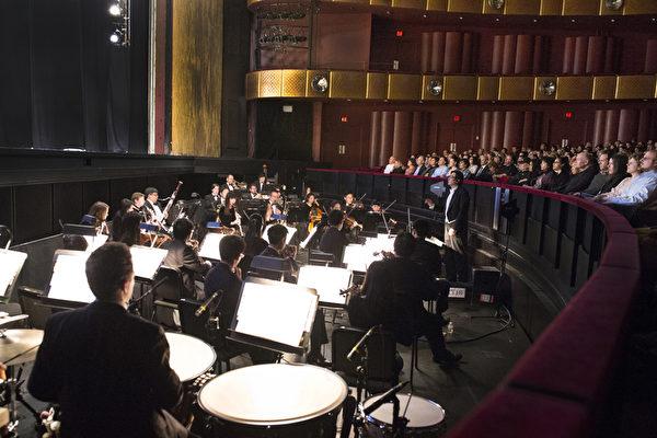神韵纽约艺术团乐团由郭耿维担任指挥,范咏喨担任小提琴首席,卡斯帕麦提格(Kaspar Martig)担任小号首席,李佳蓉担任长笛首席。(摄影﹕戴兵/大纪元)