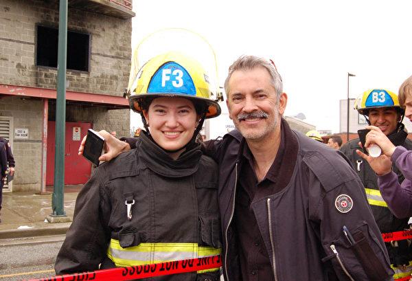11年纪的格布瑞儿‧贝斯(Gabrielle Basi)在消防灭火演习结束后,与她父亲一起接受大纪元采访。(摄影:邱晨/大纪元)