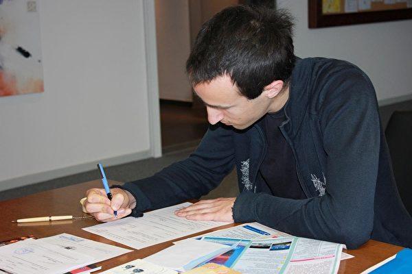 专心填写相关申请文件的Gregory Tulchin (图:台湾驻欧盟兼驻比利时代表处提供)