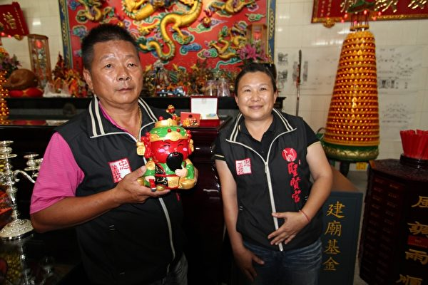 大林聖賢宮宮主蔡麗輝(左)、主委徐双惠(右),希望藉由關公的忠義精神來改善社會風氣。 (大林聖賢宮提供)