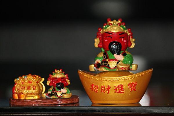 大林聖賢宮推出造型可愛的關公公仔,主委徐双惠表示,關公招財進寶護財避邪,為後人當做英雄膜拜。(大林聖賢宮提供)