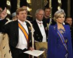 荷兰国王威廉‧亚历山大(Koning Willem-Alexander)与王妃麦西玛·索雷吉耶塔(Queen Maxima)宣誓就职典礼在阿姆斯特丹达姆广场的新教堂(Nieuwe Kerk)举行。(PETER DEJONG/AFP)