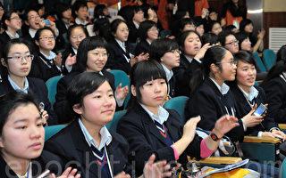 """近日,台湾继开放大陆专科生到台湾就读""""二技""""(二年制技术学院)后,招收大陆学生的政策再次松绑。据台湾媒体联合报报导,台湾教育部已修正高校招生办法,自2013学年起,每年招收陆生名额上限倍增为2%。图为陆生。(大纪元资料照片)"""
