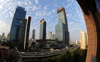 自3月底中国大陆各地楼市调控《国五条》细则公布后,一线楼市成交量大降,北、上、广等地均受严重影响。图为上海南京路一景。(AFP)