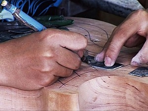 贝壳镶嵌的制作过程。(蔡明助提供)