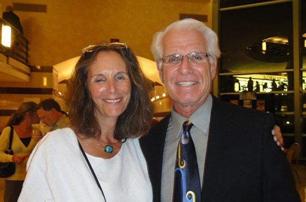 紐約城市大學市場學教授Ira Hochman先生(右)和太太在觀看神韻演出後表示,一定要告訴他所有在紐約的朋友和家人,來看神韻。(攝影:梁慕然/大紀元)