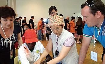 2012年,溫嬪容擔任臺灣舞團的團醫到法國參加藝術節活動,被邀請幫一位休克暈倒舞臺上的黑人舞者急救,10分鐘即見效醒轉,令洋人對中醫神效嘖嘖稱奇。(溫嬪容提供)