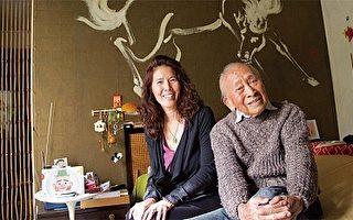 洛杉矶华裔独立制片人兼导演帕梅拉.汤姆(Pamela Tom,左)将好莱坞传奇人物103岁的黄齐耀鲜为人知的艺术人生搬上了银幕。(帕梅拉.汤姆提供)