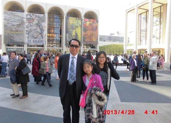 朱政与大女儿朱慧小女儿朱媛媛在纽约林肯中心观演(图片朱政提供)