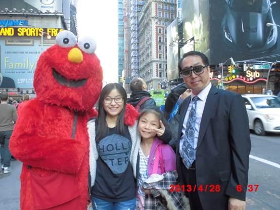 朱政与大女儿朱慧小女儿朱媛媛在纽约时代广场(图片朱政提供)