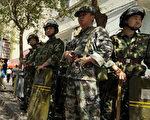 新疆首府乌鲁木齐街头的武警。(AFP)