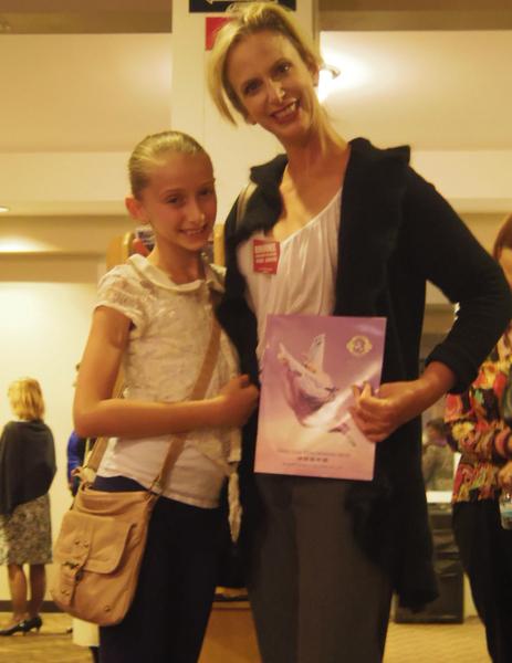 舞蹈演員Brooke女士帶著自己的女兒一同來觀看了神韻演出,她激動地表示,今晚我和女兒都有一場自己的芭蕾秀,但我們放棄了,決心一定要來看看神韻,事實上我們舞蹈室的所有人基本都來看神韻了。(攝影:李若雨/大紀元)