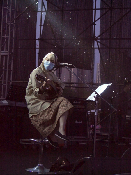北京春季飛絮嚴重,對飛絮過敏的王若琳包緊緊,自嘲:「簡直就像忍者。」(圖/台灣索尼提供)