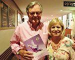 目前住在佛州的John Douglas先生和太太在蘇格蘭擁有和經營一家高爾夫俱樂部。兩人觀看了神韻演出後,盛讚節目製作精美,演員才華出眾,歌詞啟迪心靈。(攝影:梁慕然/大紀元)