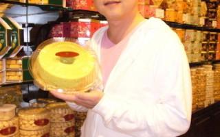 翁立友在机场忙里偷闲,大啖蛋糕。(图/豪记唱片提供)