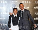 好莱坞巨星威尔史密斯(Will Smith)和14岁的儿子杰登(Jaden Smith)首度造访宝岛,上千名粉丝聚集,合照、签名要求不断,父子俩皆大方配合。(摄影:罗郁棠/大纪元)