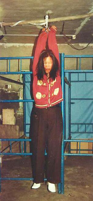 酷刑演示:吊銬(圖片來源:明慧網)