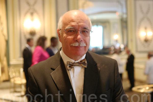 Jorge Puente医生在晚会上。(摄影﹕杜国辉/大纪元)