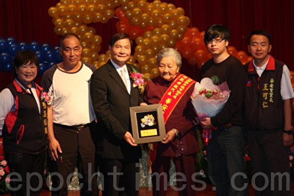 平鎮市華安里模範母親代表羅葉金妹(右3)高齡90是平鎮市最年長模範母親,市長陳萬得(左3)貼心頒獎。(攝影:徐乃義/大紀元)