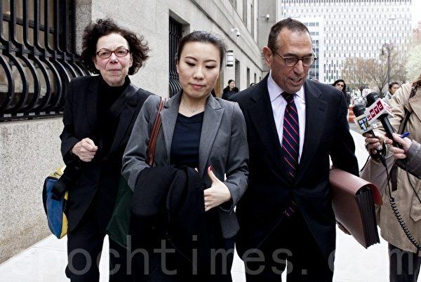 纽约市主计长刘醇逸的前竞选财务主管侯佳(中)被纽约曼哈顿南区联邦法院的大陪审团定罪。(Samira Bouaou/大纪元)