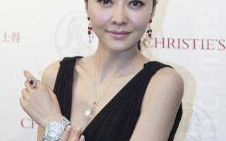 名模熊黛林即场演示即将在5月28日拍卖的各款名贵珠宝首饰。(摄影:余钢/大纪元)