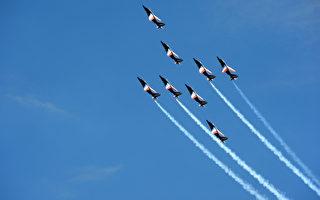 """法国特技飞行队""""法兰西巡逻兵""""5月7日进行特技飞行演出,他们飞越法国普罗旺斯的701空军基地。法兰西巡逻兵将于5月25日和26日将庆祝成立60周年。(GERARD JULIEN/AFP)"""