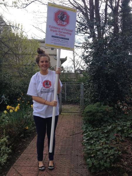 利兹大学学生身穿中共活摘器官的T恤衫,手持展板,在校园里发说明会传单,帮助说明会的宣传。(摄影:Mary/大纪元)