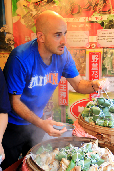 吴凤看到野姜花粽抓着一串串就要闻花味。(图/三立提供)