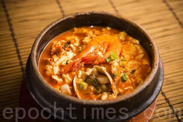 海鲜、牛肉、蔬菜、辣白菜、蘑菇等各种口味的豆腐煲,配以免费营养石头饭。(摄影:爱德华/大纪元)