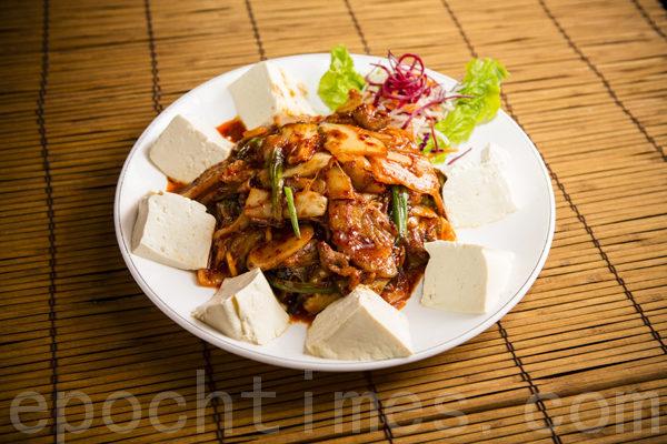 辣白菜年糕炒猪肉——豆腐做配料, 酸甜可口,香而不腻,正宗韩国口味。(摄影:爱德华/大纪元)