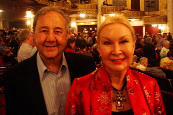 妇幼权益组织慈善基金会筹款人、慈善家Sylvia Philips和丈夫Robert Phillips观看了神韵巡回艺术团5月9日晚在纽约州首府奥本尼(Albany)地区普罗克特斯剧院(Proctor's Theatre)的演出。(摄影:陈天成/大纪元)