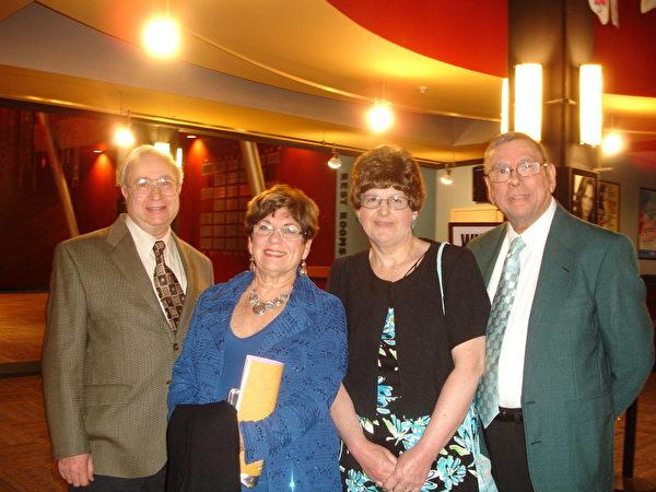 2013年5月9日晚Leonaid Depasquale先生(右)与太太(右二)和朋友们结伴于纽约州府观赏神韵。他们都被晚会之美所倾倒。(左一:Vince,左二:Babara Fallone)(摄影﹕秦逍∕大纪元)