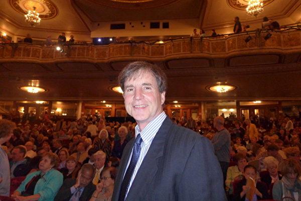 2013年5月9日纽约州府,小说家Stephen Talt先生首次观看神韵晚会,对神韵赞不绝口。(摄影:蔡溶/大纪元)