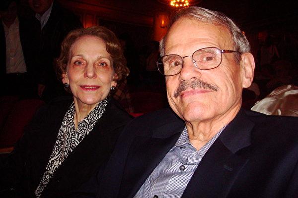 Ernie Canfield先生和夫人Mary Canfield女士一同观看了神韵巡回艺术团5月9日晚在纽约州首府奥本尼(Albany)地区普罗克特斯剧院(Proctor's Theatre)的演出。(摄影:陈天成/大纪元)