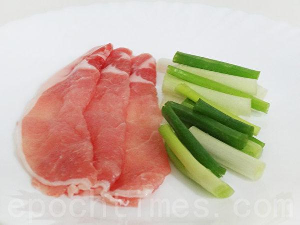 葱段、猪肉片是XO酱炒苦瓜的食材!(摄影:林秀霞 / 大纪元)